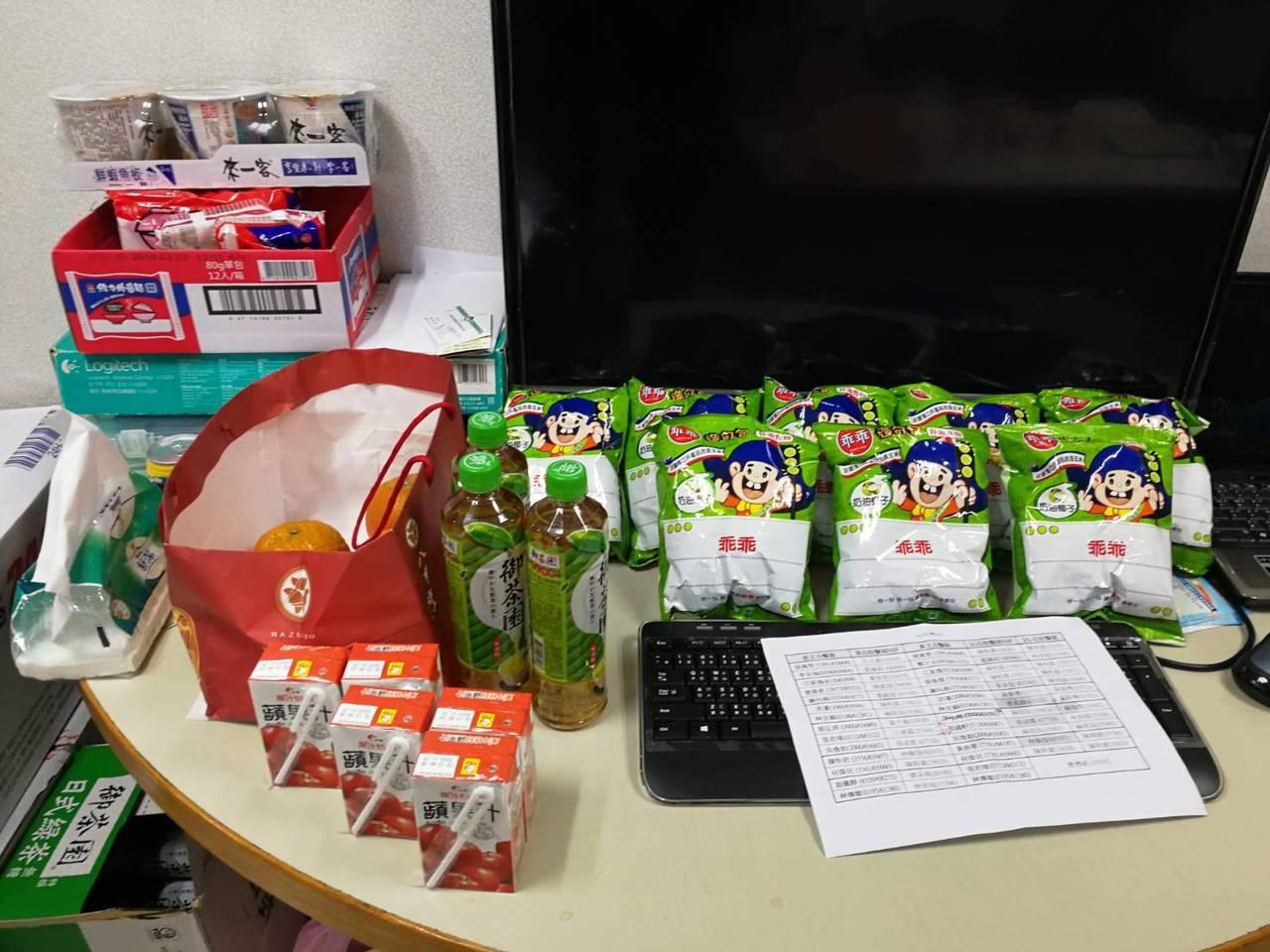 過年時的住院醫師值班室,放滿戰備存糧。圖/謝向堯醫師提供