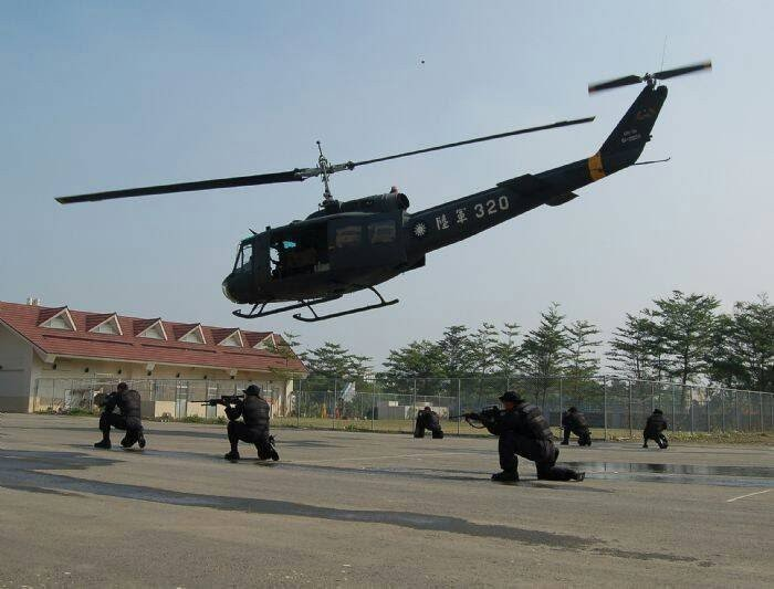陸軍司令部表示,UH-1H直升機自今(108)年起依計畫全數解除戰備任務,轉為援...