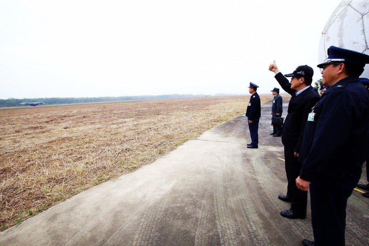 空軍第四聯隊昨日上午執行F-16戰機巡弋任務,國防部長嚴德發伸出大拇指比讚,對飛...