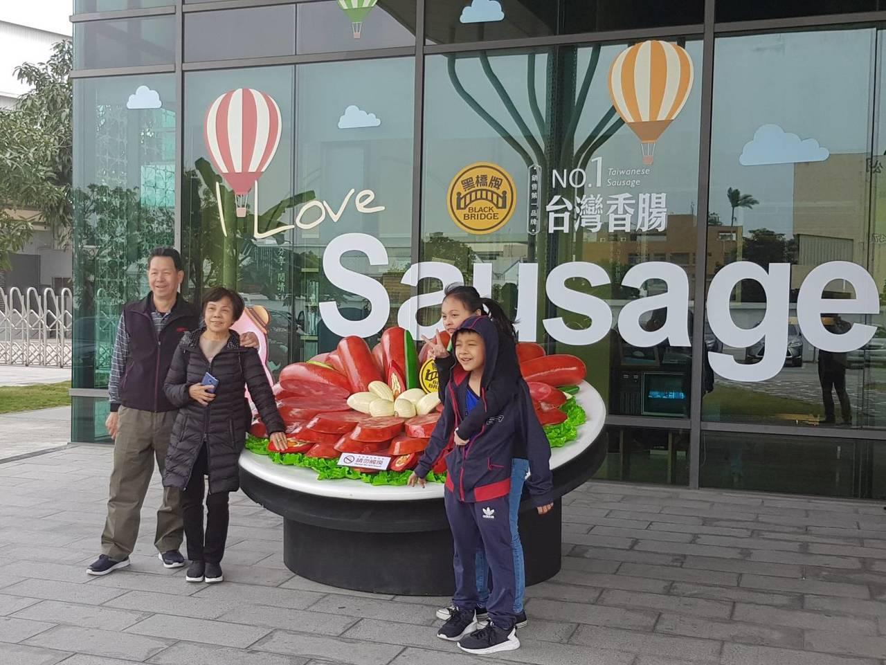 春節期間,黑橋牌香腸博物館展出巨型的香腸拼盤,把團圓桌上的香腸拼盤變身超大型裝置...