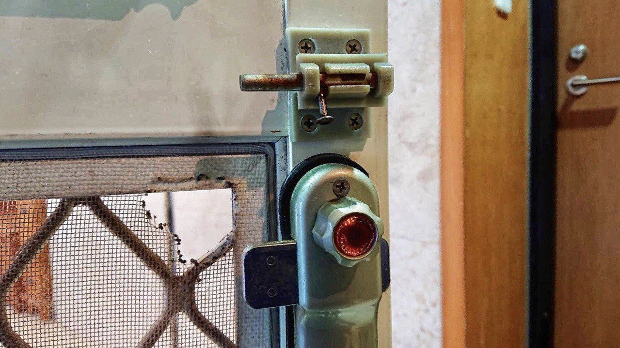 陳女涉嫌破壞門鎖進屋洗劫,涉嫌偷走24萬元6個金塊。圖/金山警分局提供