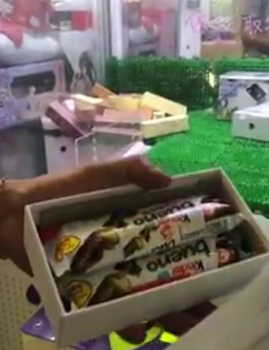 有網友上網爆料,友人到台南市安南區一家娃娃機店夾手機,機台保證1380元能夾到「...