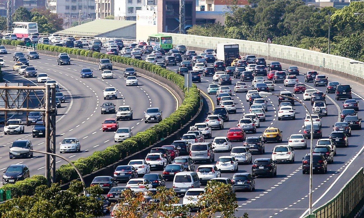 大年初二,國3南下土城路段,4線道和路肩都滿滿的車輛,時速低於40公里。記者王騰...