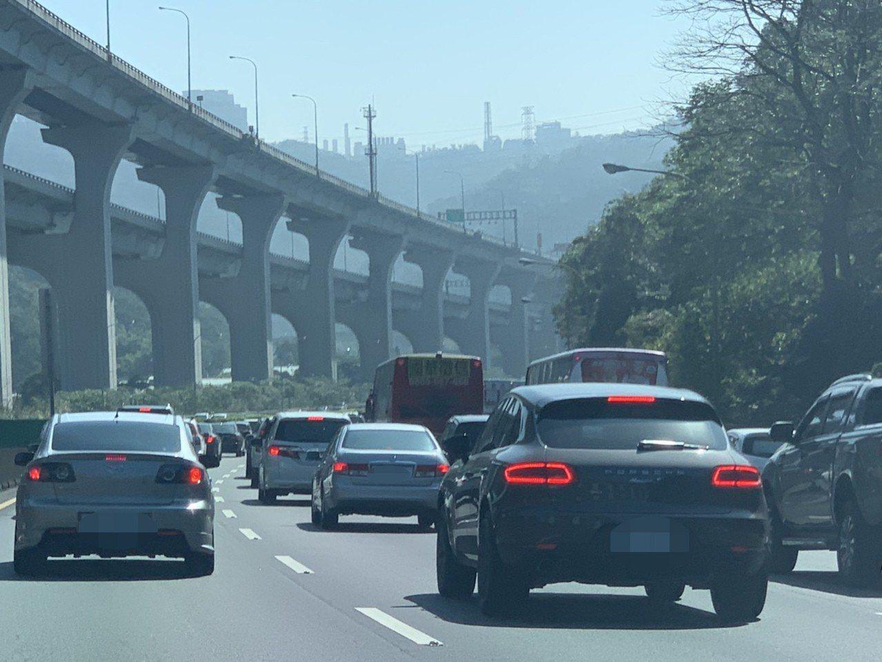 有民眾今北上台北,行經北上國道一號的林口至新莊地段,國道上出現大量的車潮,滿滿的...