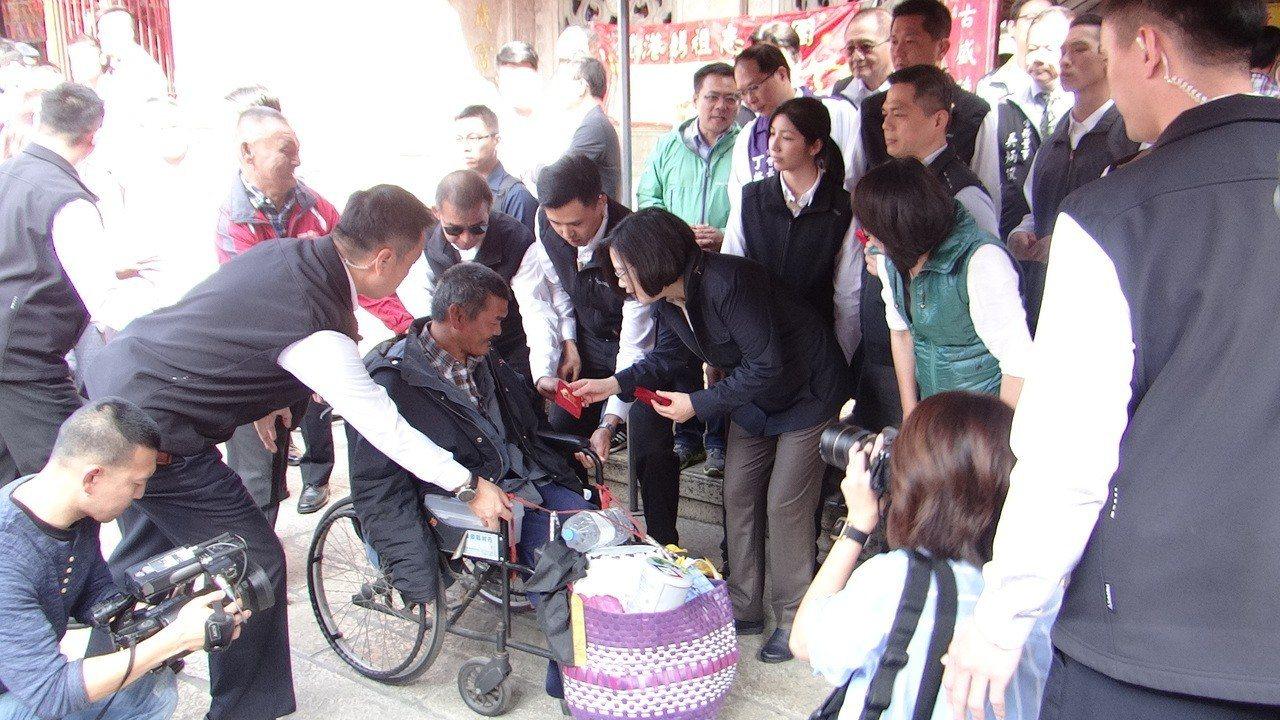 總統蔡英文今天上午到北港朝天宮參拜媽祖並發福袋給民眾,並一一向每個人說新年快樂。...