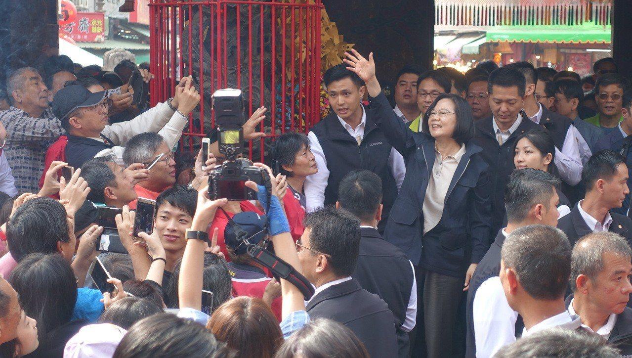 總統蔡英文今天上午到北港朝天宮參拜,受到許多民眾夾道歡迎。記者蔡維斌/攝影