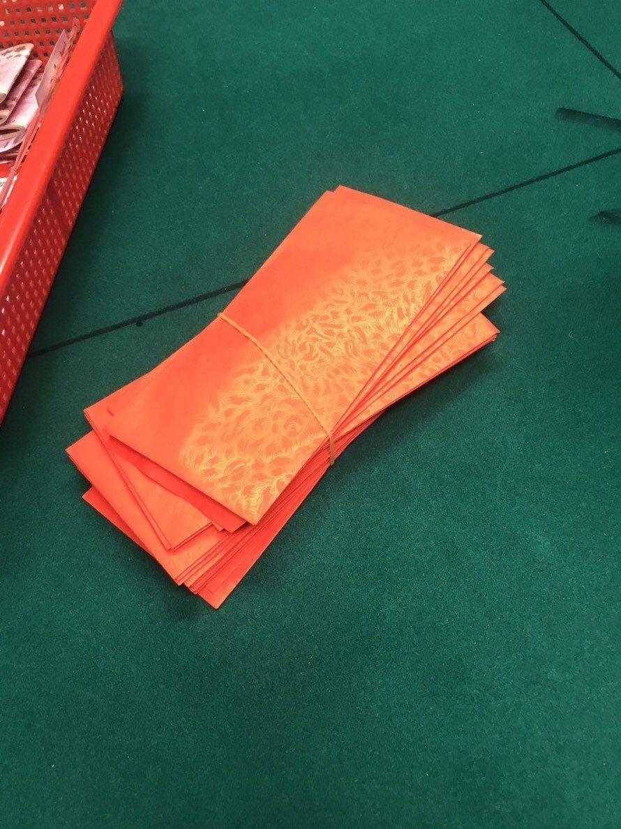 賭場負責人紀男趁農曆春節假期經營職業賭場,為了招攬賭客還自包600元紅包給賭客見...