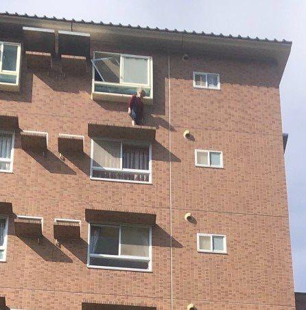 宜蘭縣政中心附近一家飯店的客人外出散步賞景,突然發現社區大樓有名婦人站在8樓遮雨...