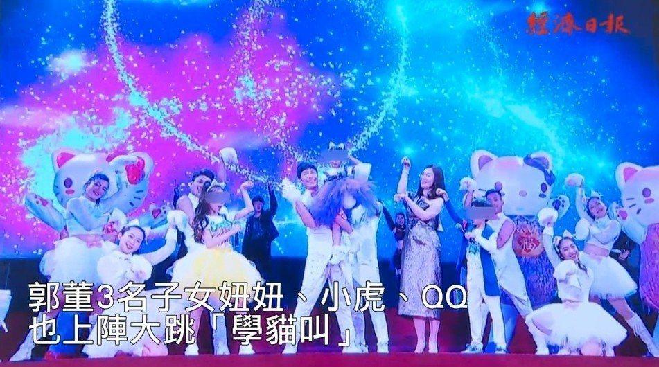 曾馨瑩帶著孩子們在尾牙上表演。圖/摘自經濟日報