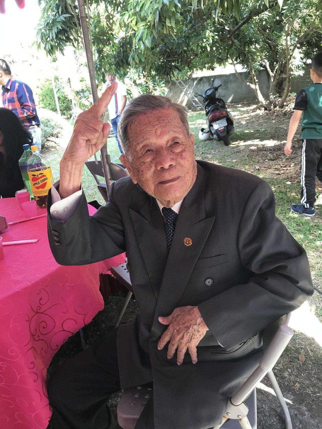 太平張氏家族男性最長者為97歲張連慶,見到鏡頭開心比YA。記者林佩均/攝影