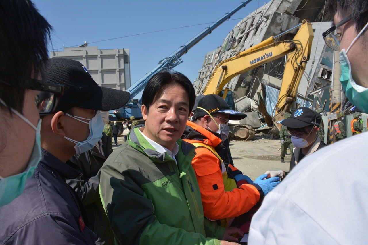 圖為2016年時任台南市長的賴清德,在台南0206地震後守在現場情形。聯合報系資...