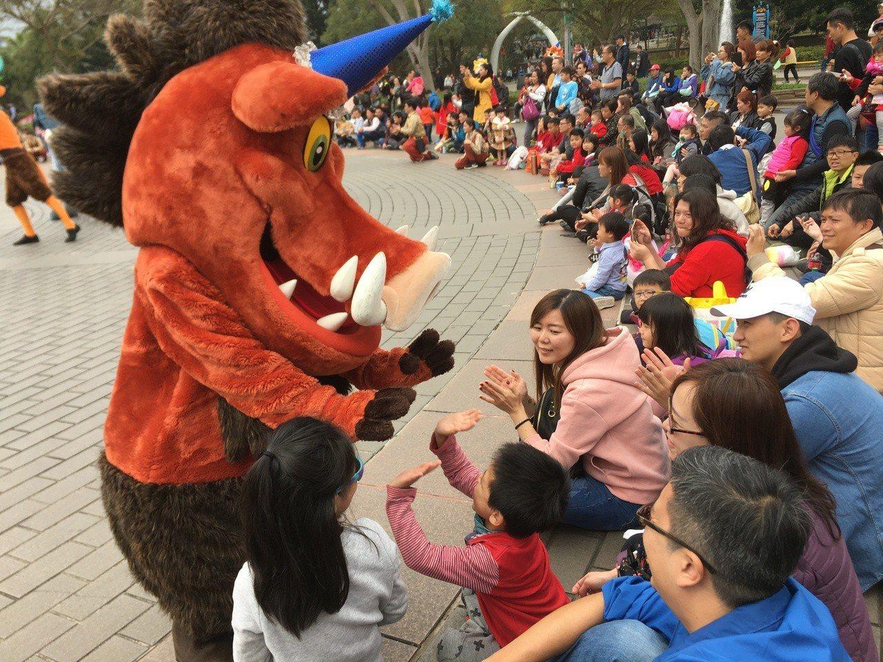 迪士尼動畫獅子王當中的「澎澎」也在遊行隊伍中與大小朋友互動。圖/六福村提供
