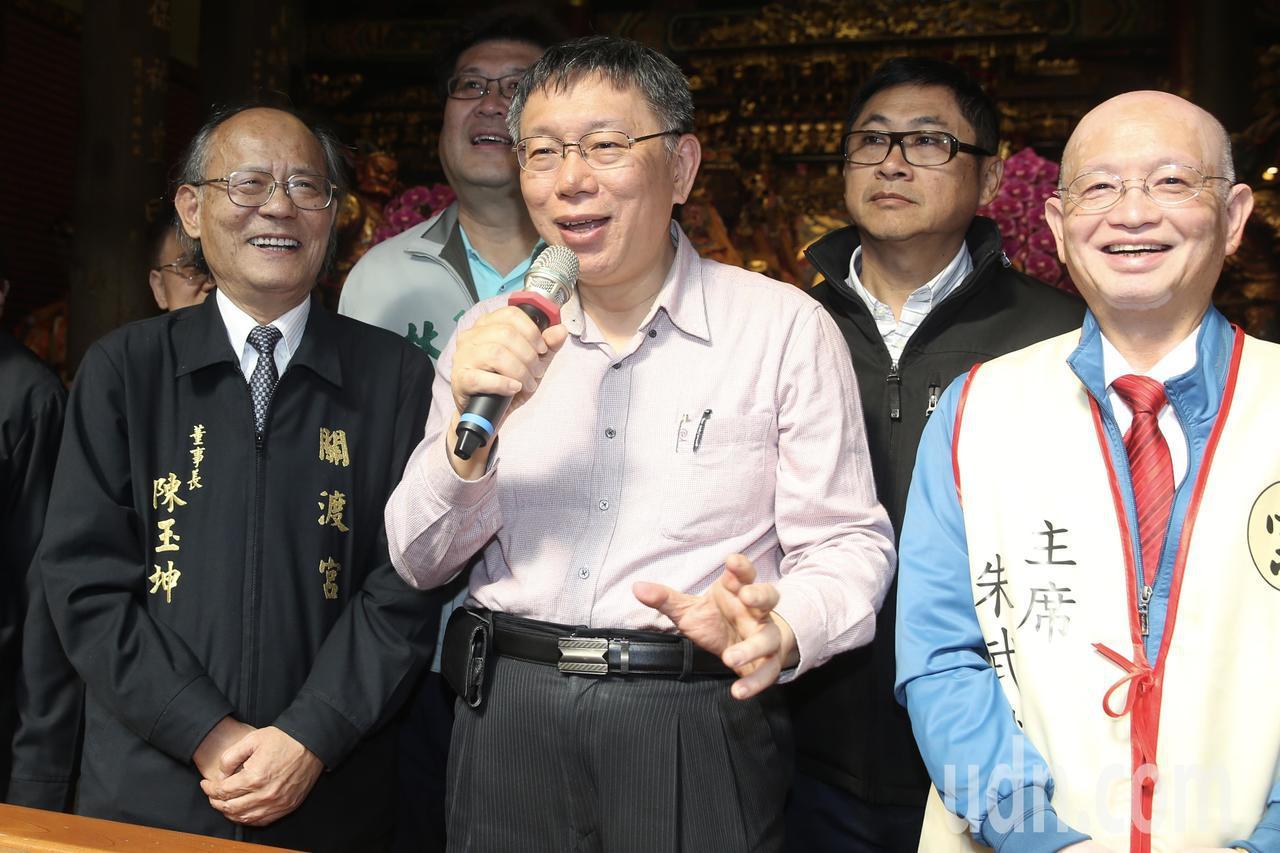 台北市長柯文哲(中)上午到關渡宮參拜。記者林伯東/攝影
