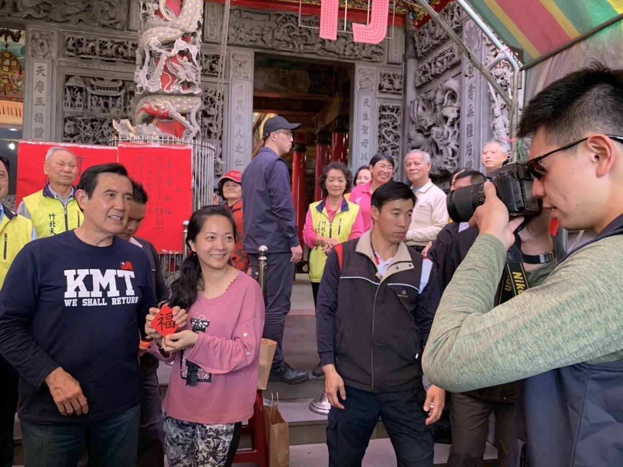 現場大排長龍,許多民眾除了拿福卡,還自備手機、相機,請工作人員幫忙拍照,就是要與...