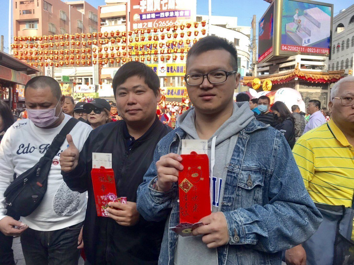 台中市長盧秀燕初二一早到大甲鎮瀾宮發送小紅包,盧手繪金豬紅包並發給排第一位的市民...