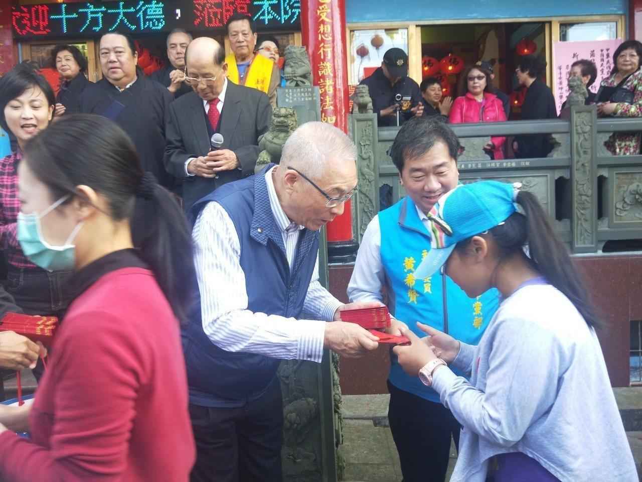 今天是傳統初二回娘家的日子,國民黨主席吳敦義、蔡令怡夫婦上午到靈鷲山無生道場參拜...