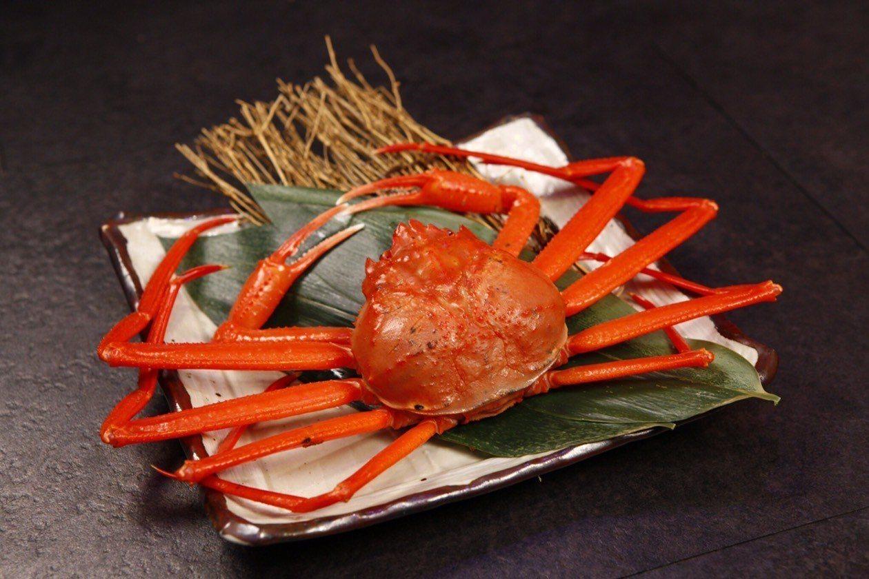 肯信餐飲集團與日本梅崎水產攜手合作獨家販售紅楚蟹,在旗下鮨彩壽司吃得到。圖/肯信...