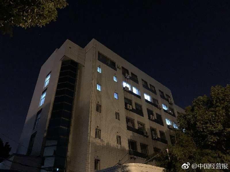 上海新興醫藥公司6日凌晨仍有不少員工在加班。圖/中國經營報