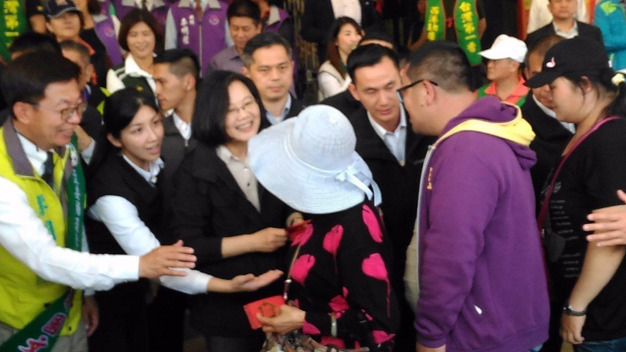 總統蔡英文今天下午到台南市西港區慶安宮發福袋。記者黃宣翰/攝影