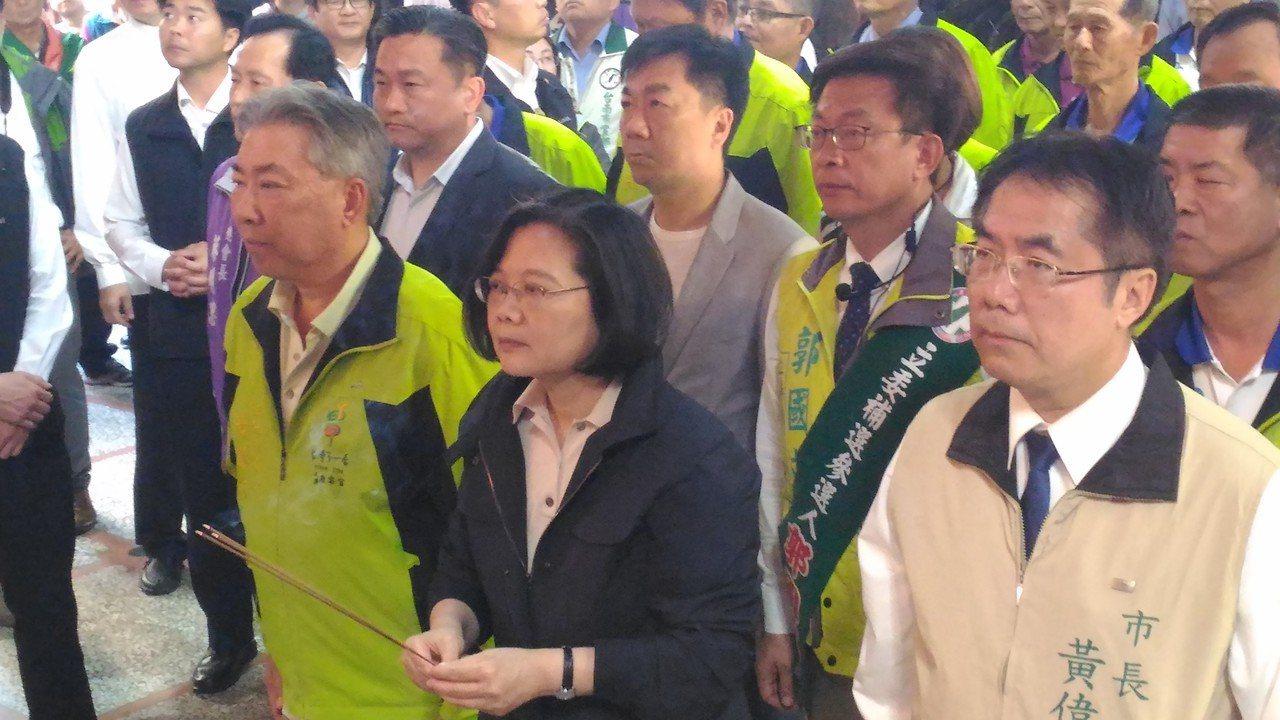 總統蔡英文今天下午到台南市西港慶安宮上香,祈求國泰民安。記者黃宣翰/攝影