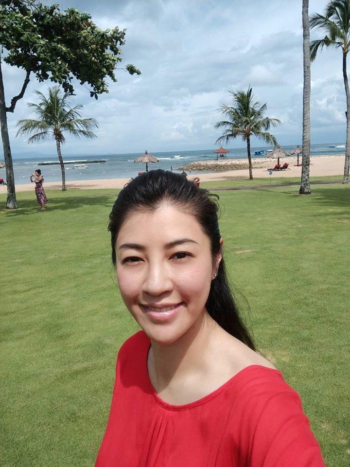 許淑華在臉書發布在峇里島度假的大紅上裝照片。圖/引自許淑華臉書
