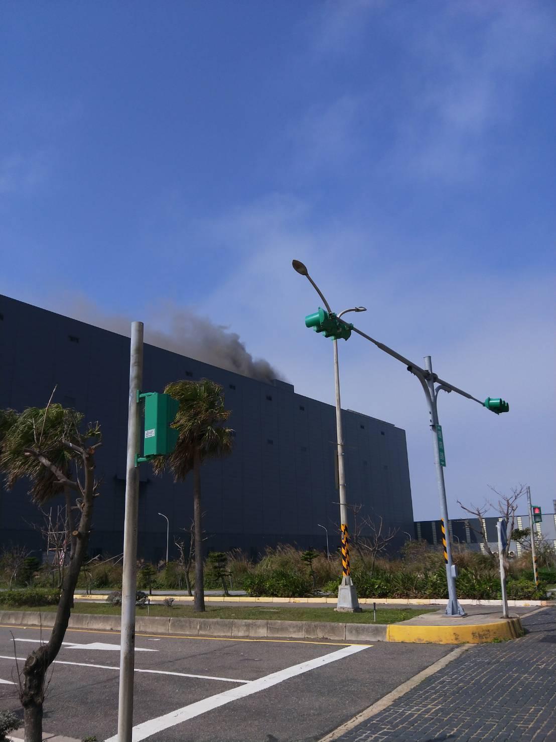 嘉里大榮觀音物流中心現場悶燒7小時,火勢已經控制。圖/讀者提供