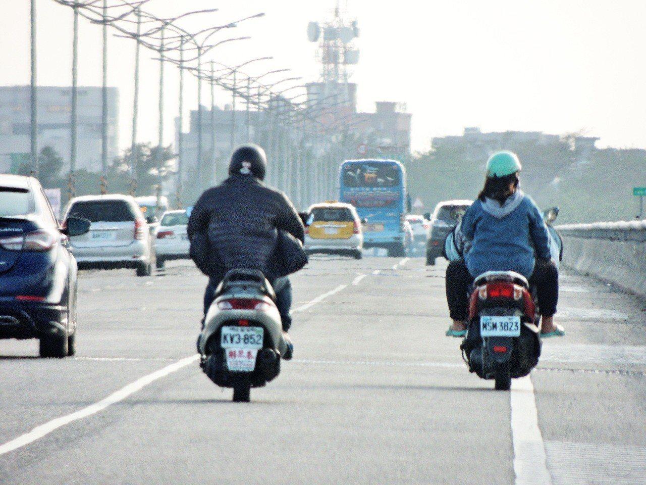 台東市郊中華大橋今天一早出現車潮,車輛一度回堵數公里長,直到中午過後才獲得紓解。...