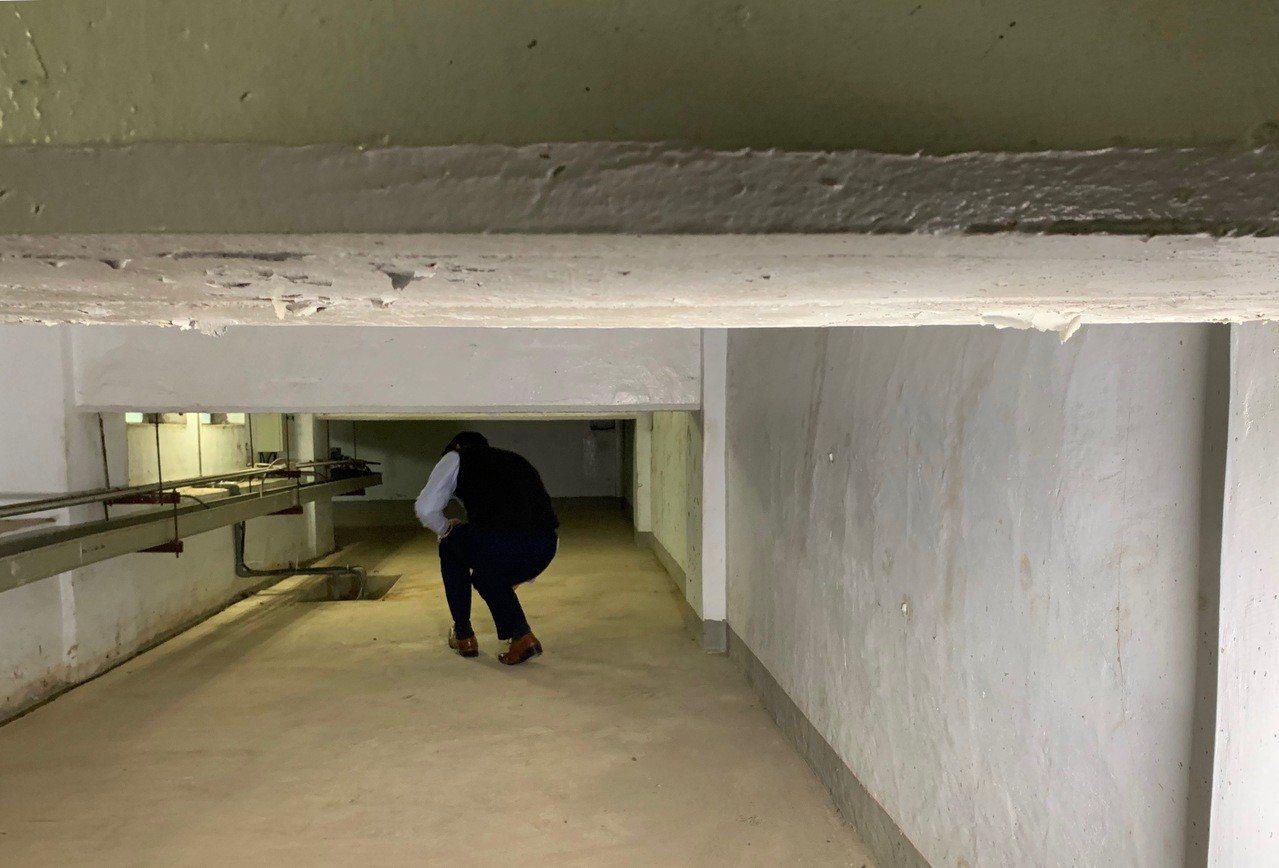 行政院地下通道動線高高低低,最高不到一百七十公分,最低只有七十公分,很不好走。記...