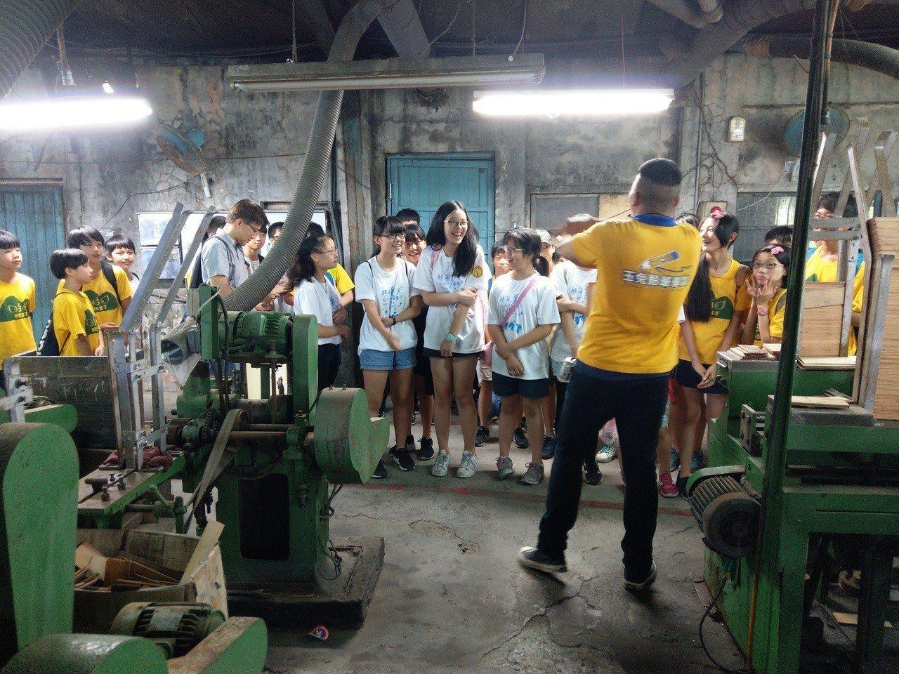 觀光工廠的本質仍是工廠,可供民眾參觀了解製作流程,圖為國內老字號的玉兔鉛筆學校。...