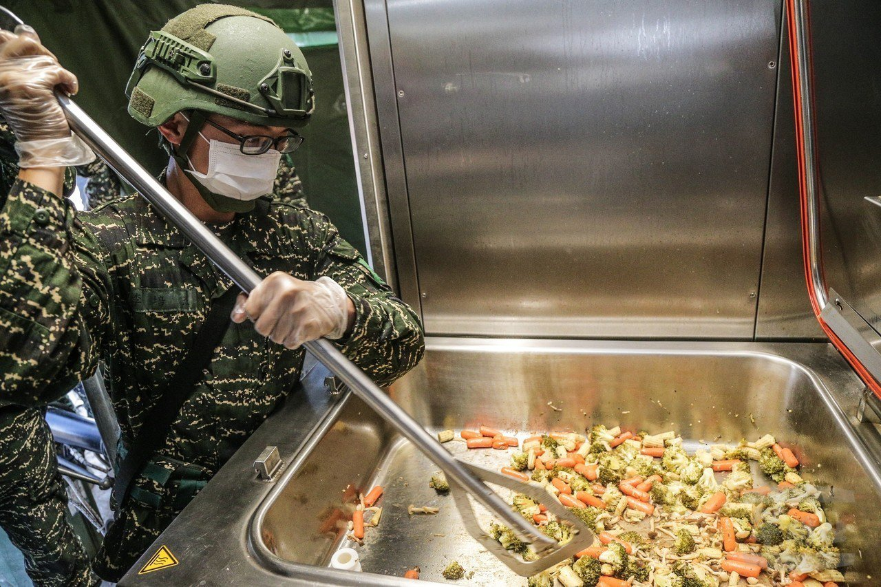MFK2炊膳車使用方型不銹鋼鍋,比圓鐵鍋節省空間。圖/軍聞社