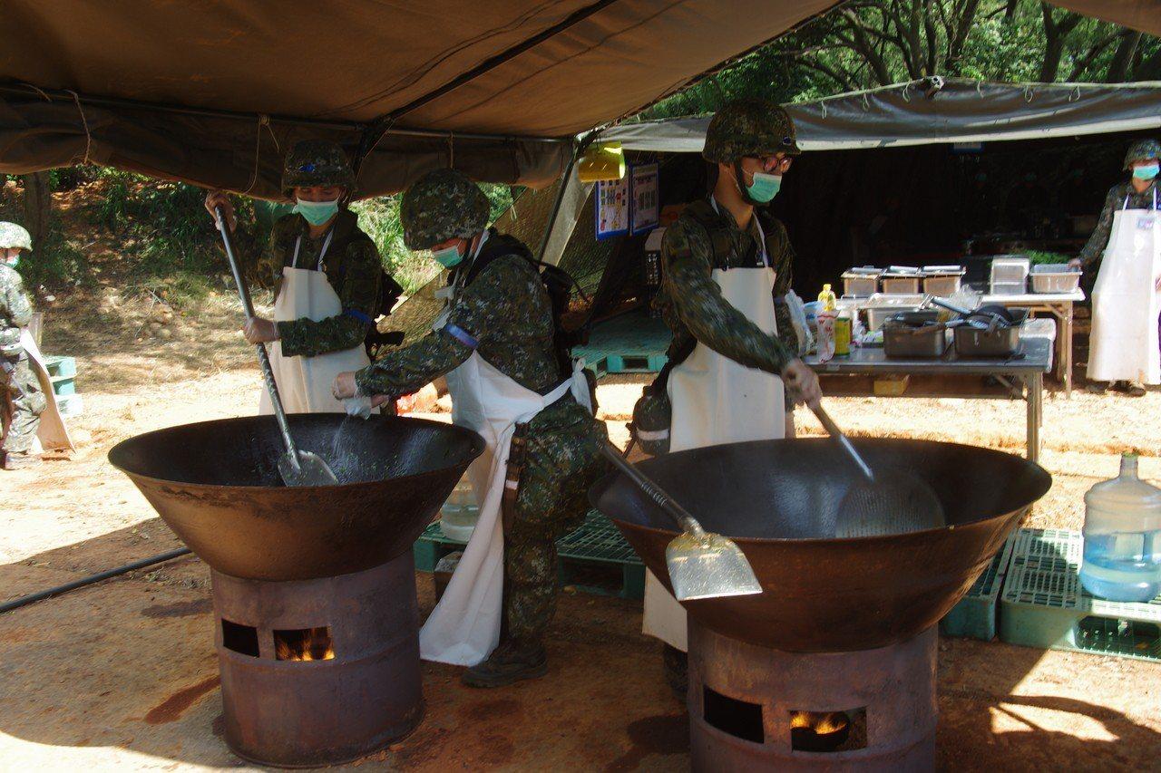 國軍目前仍普遍使用這種「古代」的野戰廚房。資料照,記者程嘉文/攝影