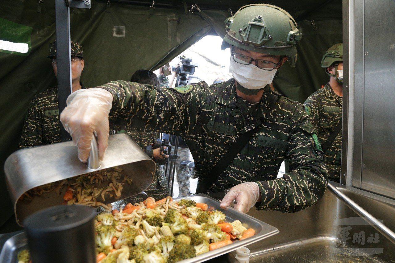 食勤兵作業,注意配合不銹鋼鍋形狀而設計的盛菜杓。圖/軍聞社