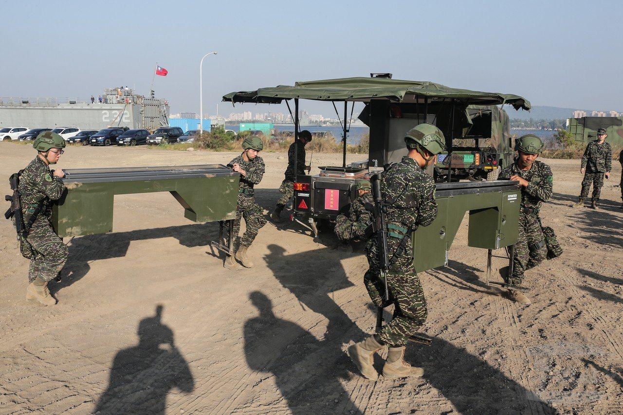 海軍陸戰隊展示新購的MFK2炊膳車。圖/軍聞社