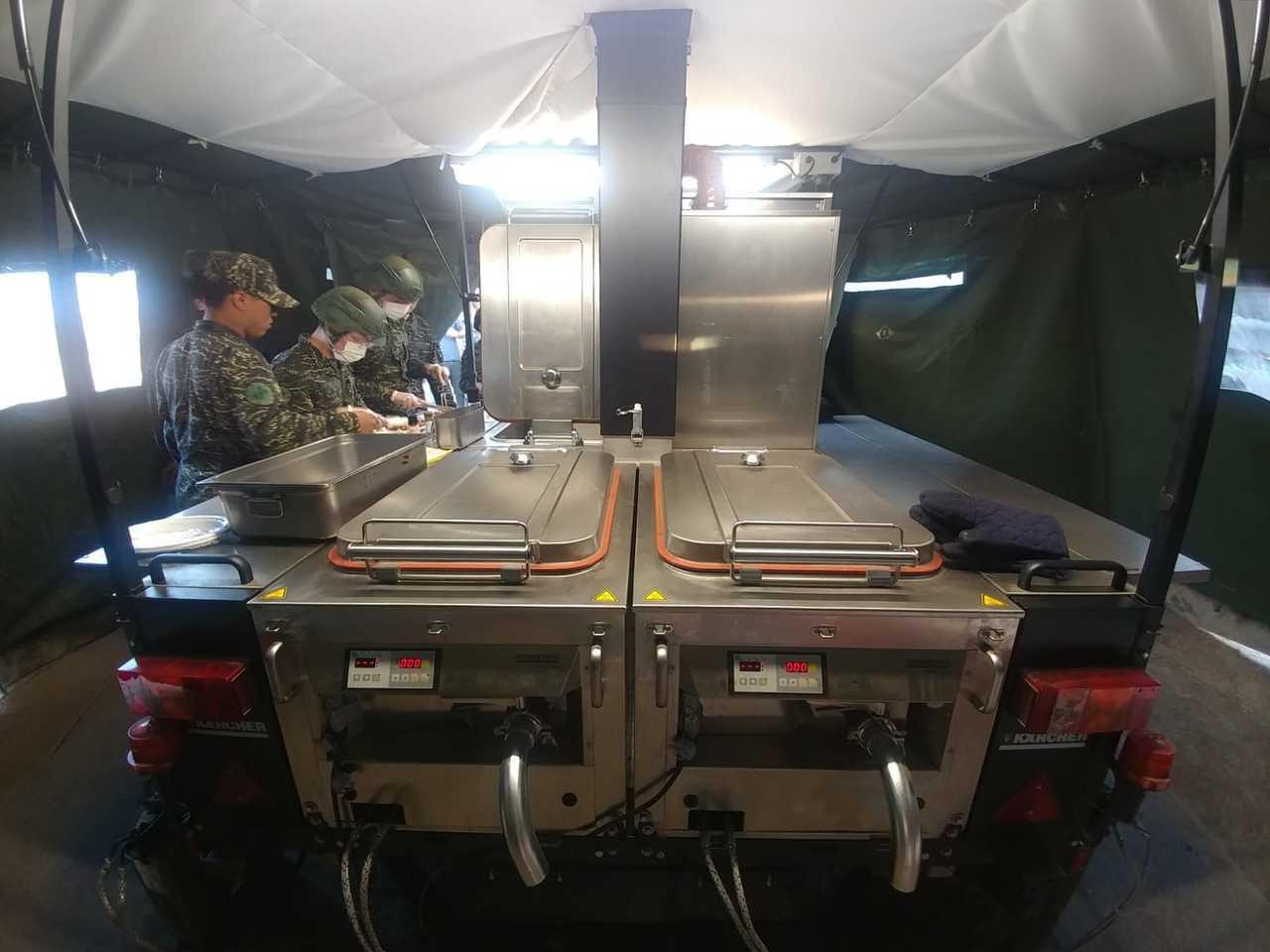 撐開天篷與四周的布幕,就是一個防風的小型廚房。記者徐宇威/攝影