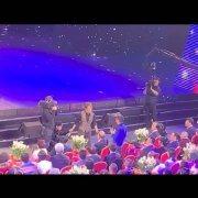 有現場觀眾上傳了一段手機拍攝的照片,顯示有名工作人員在攝影機鏡頭外,迅速的和劉謙...