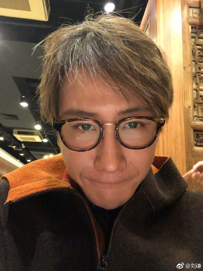 劉謙5日在微博表示:「大年初一起床第一件事,卸妝,然後洗壺,『豆汁味很難去掉』。...