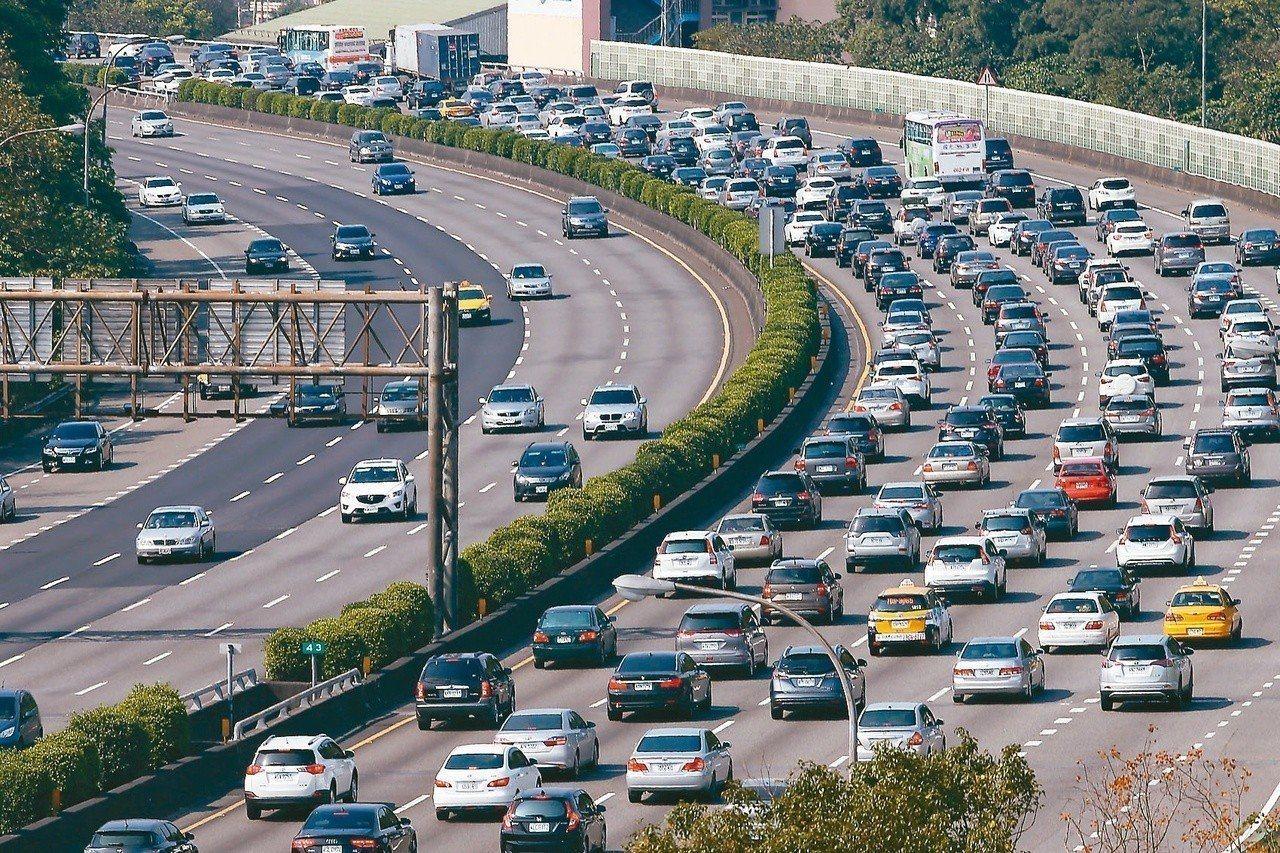 高公局預估,明天初三出遊潮,加上部分返回工作崗位車潮,預估國道南北整體流量不僅將...