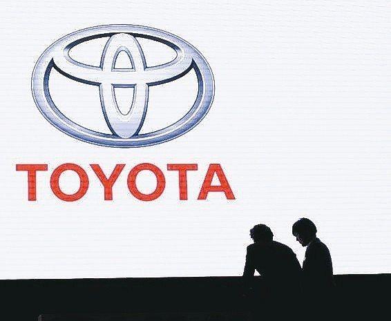 豐田汽車6日調降3月底止的全年度淨利預估約18%至1.87兆日圓(170億美元)...