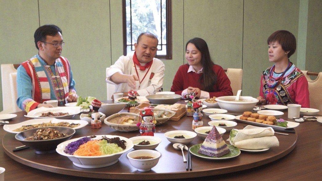著名滇菜大師偰煒(左二)介紹雲南美食