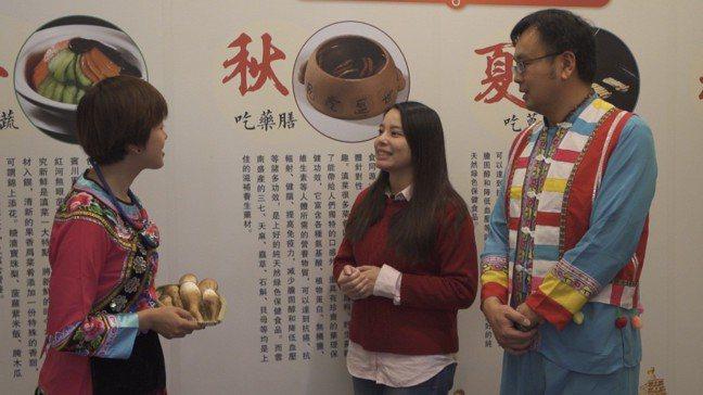 滇菜廚師(左)介紹雲南特色食材