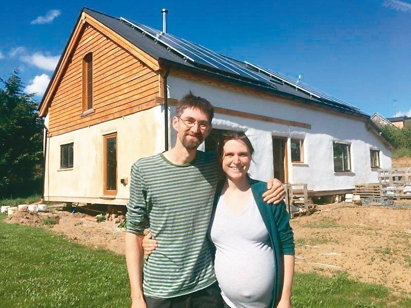 住英國威爾斯的維農(左)和湯普笙(右)參加當地政府「一個地球」生態住宅開發計畫,...