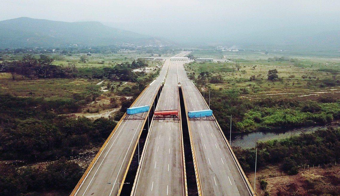 委內瑞拉軍隊以貨櫃封鎖對哥倫比亞的邊境公路。 圖/美聯社