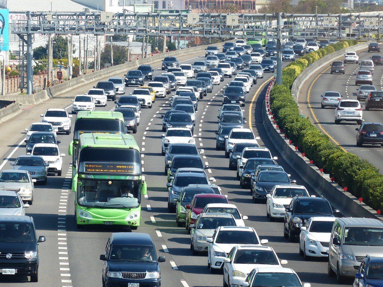明天(10日)是春節假期最後一天,高公局呼籲返家民眾,多加利用公共運輸,如要自行...