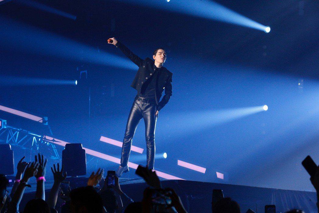 蕭敬騰穿上首度發表男裝的CELINE,黑色搖滾風相當帥氣。圖/取自臉書