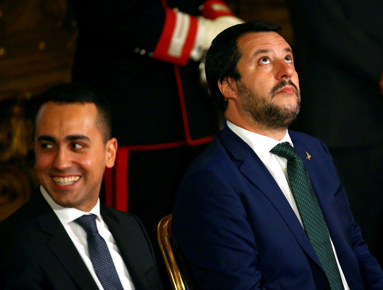 義大利副總理薩爾維尼(右)和狄馬尤(左)。路透