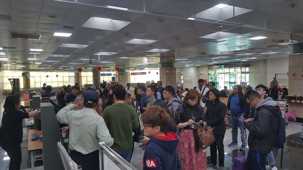春節年假接近尾聲,8日澎湖飛往台灣航班幾乎是班班客滿,澎湖機場聯合候補櫃台,湧現...