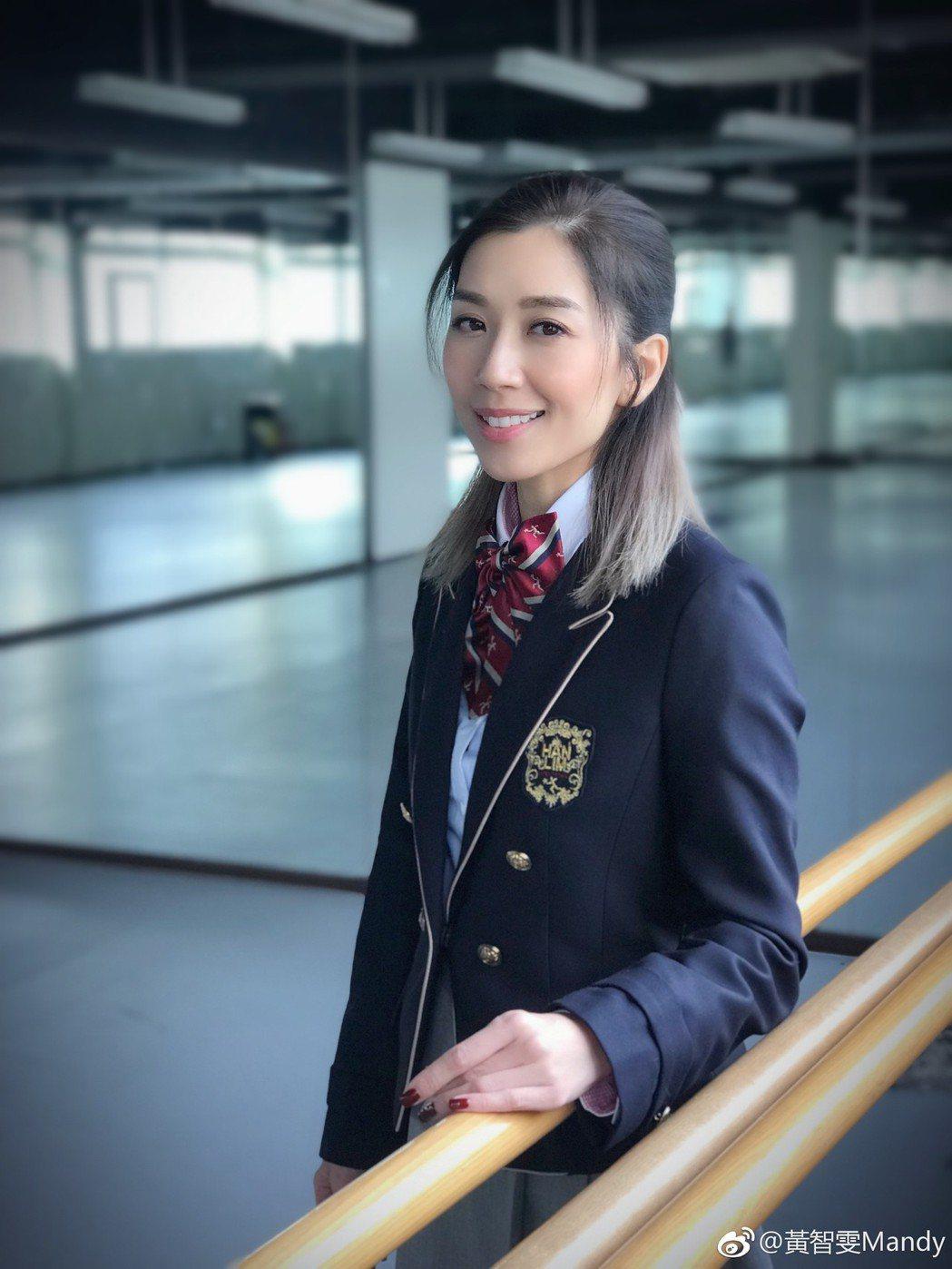 黃智雯當回「學生妹」。圖/擷自微博