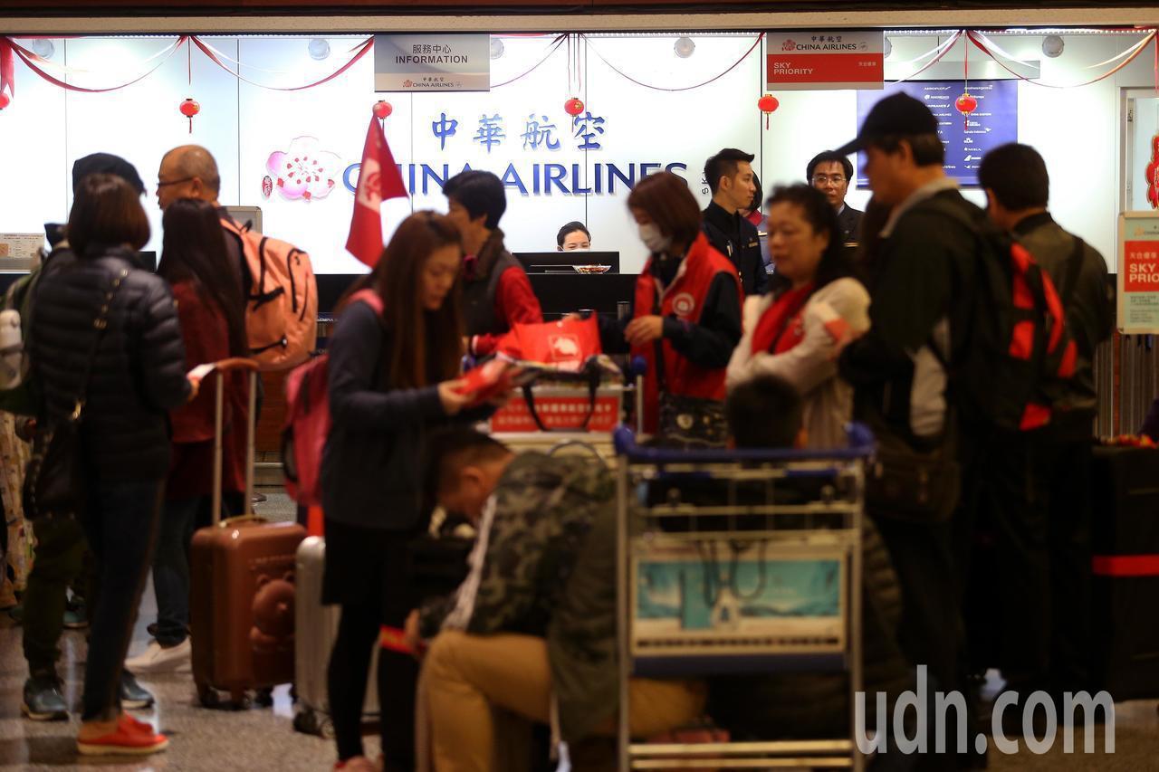 華航機師8日清晨6時展開罷工,清晨的航班仍維持正常運作,旅客及旅行團工作人員聚集...