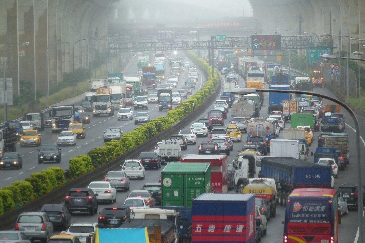 春節期間,高速公路都有相關交通疏導措施,其中包含開放路肩供小客車通行,但是如果不...