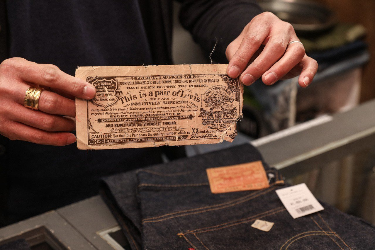 501xx系列收藏,特色在於後口袋小紅旗雙面皆有LEVIS標誌,價值高達180萬...